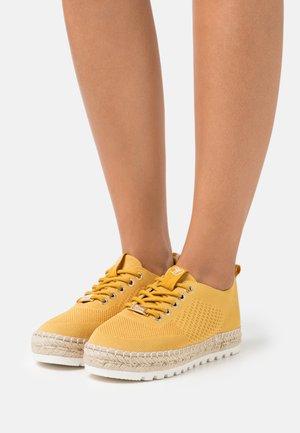 Volnočasové šněrovací boty - yellow