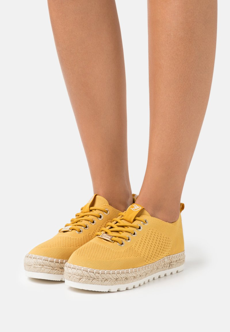 TOM TAILOR DENIM - Volnočasové šněrovací boty - yellow