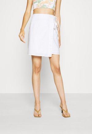 OVERLAP MINI SKIRT - Zavinovací sukně - white