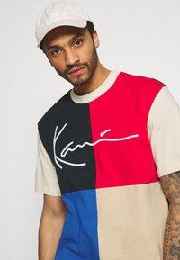 Karl Kani - SIGNATURE BLOCK TEE UNISEX - Print T-shirt - blue - 3