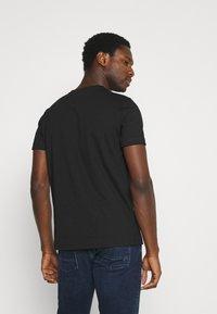 Tommy Hilfiger - CIRCLE CHEST TEE - T-shirt med print - black - 2