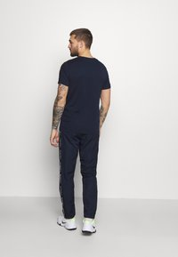 Lacoste Sport - TENNIS PANT TAPERED - Träningsbyxor - navy blue/white - 2