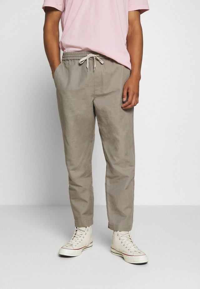 LUCKETT TROUSER - Bukser - sage grey