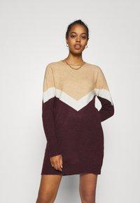 Vero Moda - VMGINGOBLOCK O-NECK DRESS  - Strikket kjole - cabernet/birch/tan - 0