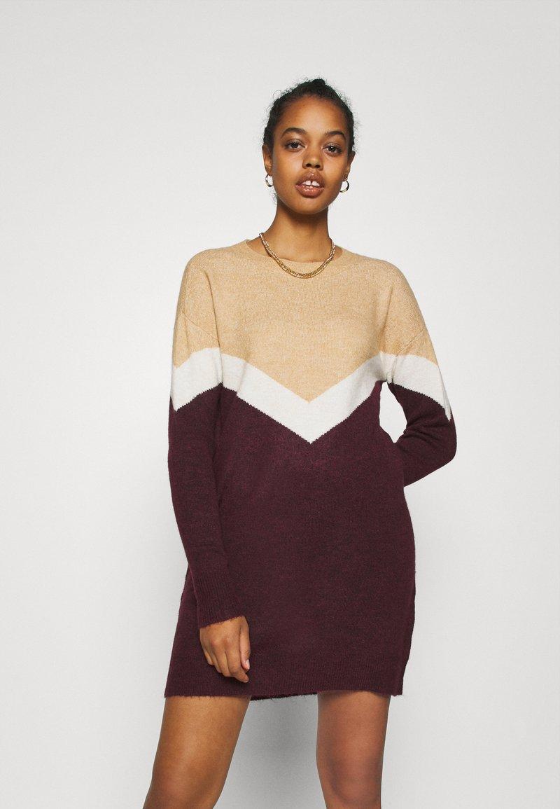 Vero Moda - VMGINGOBLOCK O-NECK DRESS  - Strikket kjole - cabernet/birch/tan