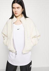 Nike Sportswear - TEE PLUS - Camiseta básica - white - 3