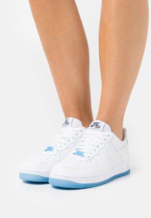AIR FORCE 1 - Sneaker low - white/university blue/black