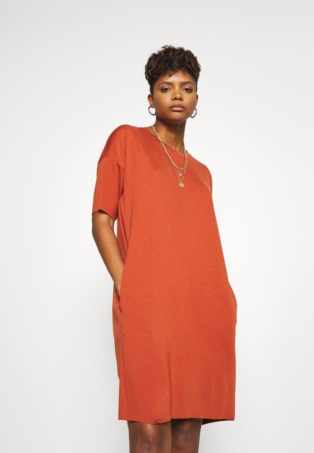 REGITZA DRESS - Žerzejové šaty - baked clay