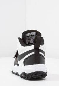 Nike Performance - TEAM HUSTLE D 8  - Basketball shoes - white/black - 3