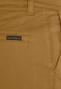 Nudie Jeans - EASY ALVIN - Chinos - camel - 2