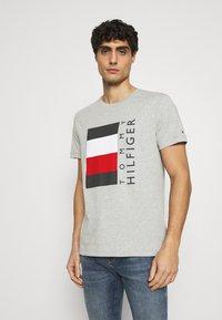 Tommy Hilfiger - CORP STRIPE BOX TEE - T-shirt med print - medium grey heather - 0