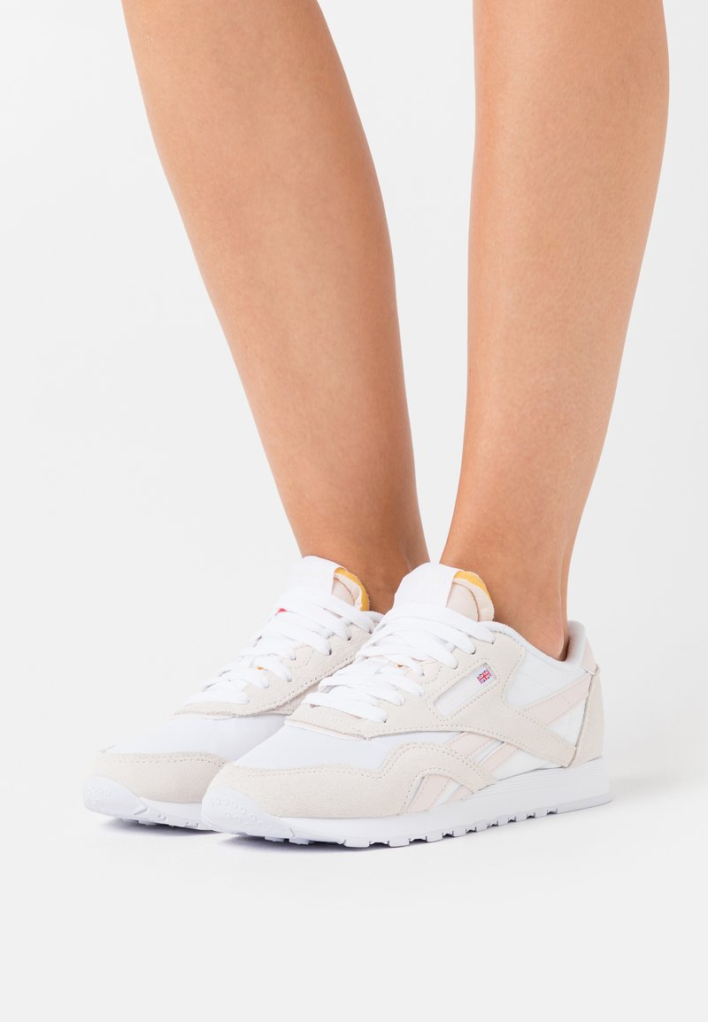 Reebok Classic - CLASSIC - Sneakersy niskie - white/chalk/glacier pink