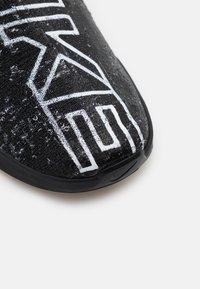 Nike Performance - REACT METCON UNISEX - Zapatillas de entrenamiento - black/white/medium brown - 5