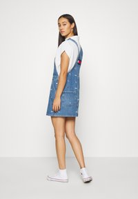 Tommy Jeans - CLASSIC DUNGAREE DRESS  - Denim dress - star critter blue rigid - 2