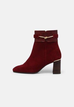 Kotníkové boty - dark scarlet