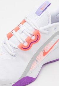 Nike Performance - AIR MAX VOLLEY - Allcourt tennissko - white/bright mango/purple pulse - 5