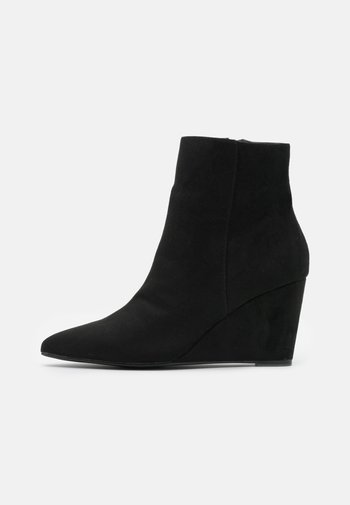 PERFECT WEDGE BOOT