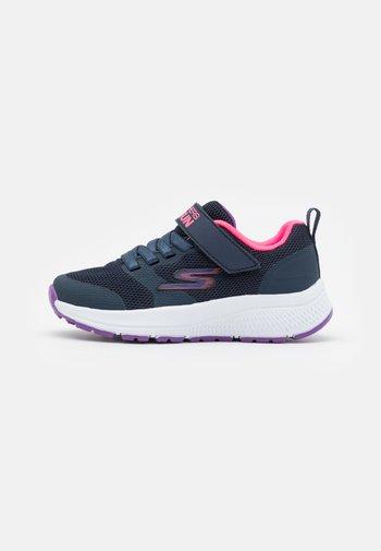 GO RUN CONSISTENT VIBRANT DASH UNISEX - Neutrální běžecké boty - navy/pink