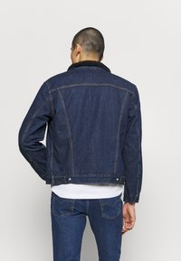 Levi's® - TYPE 3 SHERPA TRUCKER - Kurtka jeansowa - evening - 2