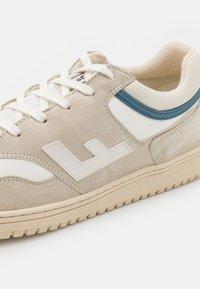 Flamingos' Life - RETRO 90'S UNISEX - Trainers - beige/white - 7