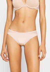 Calvin Klein Underwear - FLIRTY - Slip - honey almond - 0