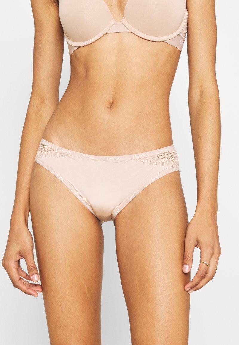Calvin Klein Underwear - FLIRTY - Slip - honey almond