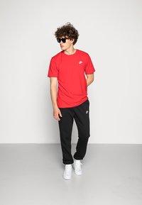 Nike Sportswear - CLUB TEE - T-paita - university red/white - 1