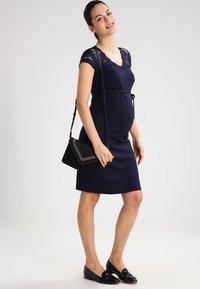 MAMALICIOUS - MLBLACKIE MIVANA CAP DRESS - Vestido de tubo - navy blazer - 1