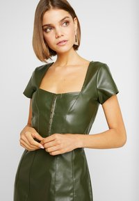 Missguided - JORDAN LIPSCOMBE PU MILKMAID DRESSHOOK & EYE - Vestido informal - khaki - 5