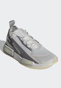 adidas Originals - NMD_R1 SPECTOO UNISEX - Sneakersy niskie - grey one/grey three/yellow tint - 2
