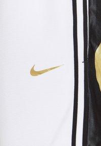 Nike Performance - DRY DNA SHORT - Short de sport - white/saturn gold - 4