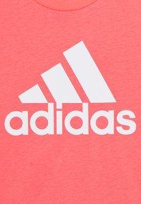 adidas Performance - YG MH BOS TEE - Triko spotiskem - coral/white - 2