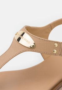 MICHAEL Michael Kors - PLATE THONG - T-bar sandals - camel - 6