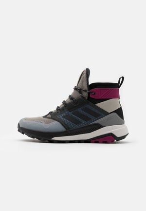 adidas TERREX TRAILMAKER MID COLD.RDY WANDERSCHUHE - Trekingové boty - metal grey/core black/power berry
