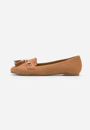 MARLO - Nazouvací boty - tan