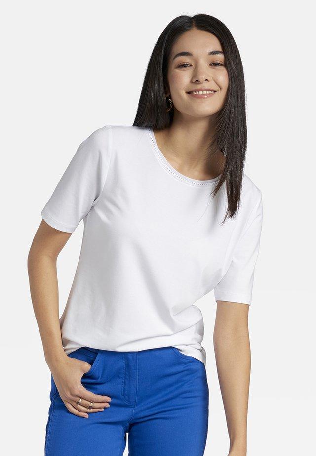 MIT RUNDHALSAUSSCHNITT UND ZIERSTEINEN - Basic T-shirt - white