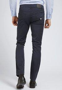 Guess - HOSE SKINNY - Spodnie materiałowe - blau - 2