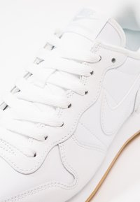Nike Sportswear - INTERNATIONALIST - Sneakersy niskie - white