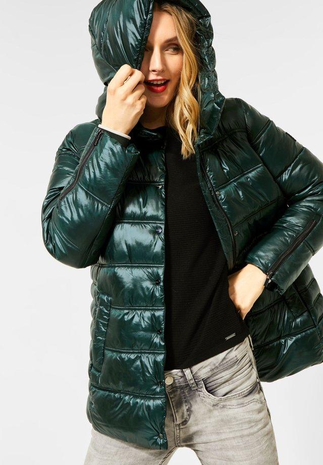 MIT VOLUMENKAPUZE - Winter jacket - grün