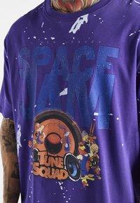 SIKSILK - SPACE JAM DISTRESSED GRAPHIC TEE UNISEX - Print T-shirt - purple - 4