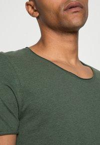 Selected Homme - SLHNEWMERCE O-NECK TEE - T-shirt - bas - cilantro/melange - 4
