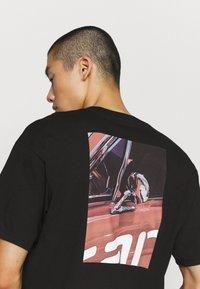 Carhartt WIP - MIRROR  - Print T-shirt - black - 5
