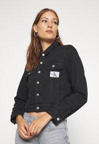 Calvin Klein Jeans - CROP TRUCKER - Denim jacket - washed black - 3