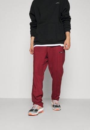 STRIPE TRACK PANT UNISEX - Pantalon de survêtement - darkred