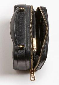 Guess - CAMERA BAG ECHTES LEDER - Sacoche d'appareil photo - black - 4