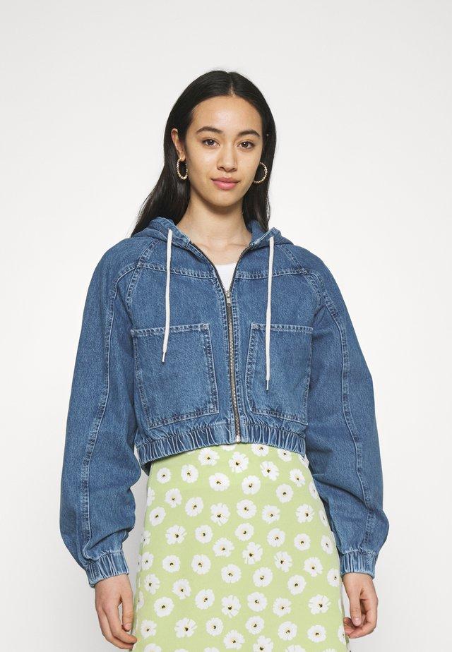 LEA PATCH POCKET CROP JACKET - Veste en jean - dark vintage