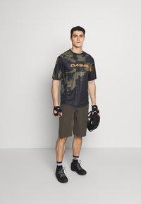 Dakine - THRILLIUM  - T-Shirt print - dark olive - 1