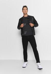 INDICODE JEANS - ECHOLS - T-shirt med print - black - 1