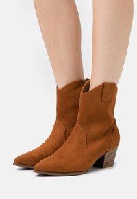 Anna Field - Cowboy/biker ankle boot - cognac - 0