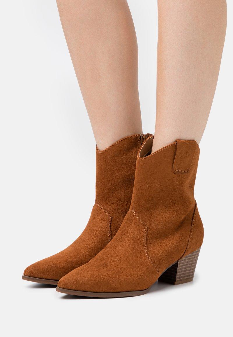 Anna Field - Cowboy/biker ankle boot - cognac